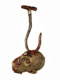 Abgehackter Schädel am Fleischerhaken Halloween Hängedeko grau-silber-rot 18x21x50cm